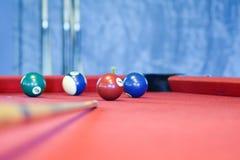 Bolas de billar en una mesa de billar roja Foto de archivo
