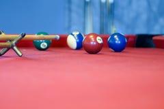 Bolas de billar en una mesa de billar roja Imágenes de archivo libres de regalías