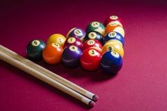 Bolas de billar de la piscina en la tabla del fieltro del rojo Fotos de archivo libres de regalías