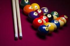 Bolas de billar de la piscina en la tabla del fieltro del rojo Foto de archivo libre de regalías
