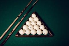 Bolas de billar y palillos de piscina Foto de archivo libre de regalías