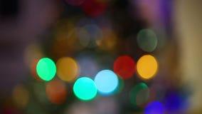 Bolas de Bokeh del árbol de navidad almacen de metraje de vídeo