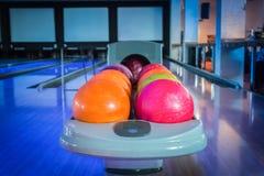 Bolas de boliches coloridas em um suporte Foto de Stock Royalty Free