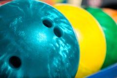 Bolas de boliches em dez pino ou pista de boliches Fotografia de Stock Royalty Free