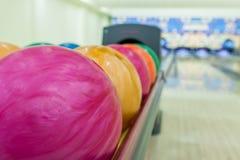Bolas de boliches no centro do boliches Imagem de Stock Royalty Free