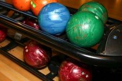 Bolas de boliches Pista de bowling Cores vívidas Fotos de Stock Royalty Free