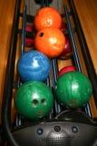 Bolas de boliches Pista de bowling Cores vívidas Fotografia de Stock