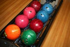 Bolas de boliches Pista de bowling Cores vívidas Fotos de Stock