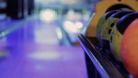 Bolas de bolos con la bolera en fondo almacen de metraje de vídeo