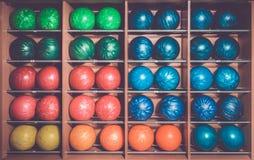 Bolas de bolos en el estante, clasificado por el color Fotos de archivo libres de regalías
