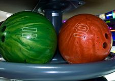 Bolas de bowling en un estante Foto de archivo