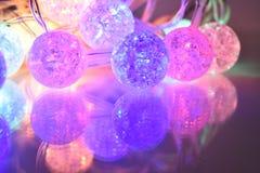 Bolas de brilho coloridas no fundo de vidro Fotografia de Stock