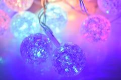 Bolas de brilho coloridas no fundo de vidro Fotos de Stock
