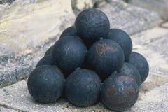 Bolas de cañón empiladas imagen de archivo