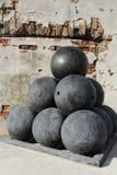 Bolas de cañón viejas en el fuerte Zachary Taylor National Historic State Park, Key West, la Florida, los E.E.U.U. Imagen de archivo