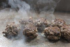 Bolas de carne da carne que cozinham na grade no bufete do restaurante Imagens de Stock Royalty Free