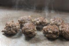 Bolas de carne da carne que cozinham na grade no bufete do restaurante Fotos de Stock Royalty Free