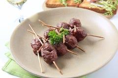 Bolas de carne de la carne asada en los pinchos foto de archivo libre de regalías