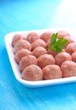 Bolas de carne de la carne picadita cruda en una bandeja blanca Foto de archivo libre de regalías