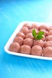 Bolas de carne de la carne picadita cruda en una bandeja blanca Fotografía de archivo
