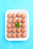 Bolas de carne de la carne picadita cruda en una bandeja blanca Imagen de archivo