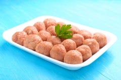 Bolas de carne de la carne picadita cruda en una bandeja blanca Imagen de archivo libre de regalías