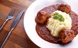 Bolas de carne enchidas com queijo no molho de tomate Imagem de Stock