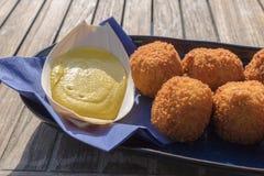 Bolas de carne fritas sabrosas, servidas con la mostaza en un restaurante de la playa Fotografía de archivo