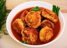 Bolas de carne pequenas com ervilhas e salsa Noisettes fritados Fotos de Stock