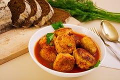 Bolas de carne pequenas com ervilhas e salsa Noisettes fritados com e pão de centeio Foto de Stock Royalty Free