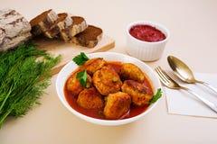 Bolas de carne pequenas com ervilhas e salsa Noisettes fritados com e pão de centeio Imagens de Stock