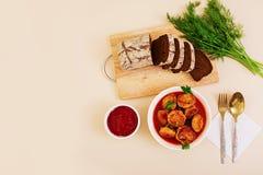 Bolas de carne pequenas com ervilhas e salsa Noisettes fritados com pão de centeio Vista superior Fotos de Stock Royalty Free