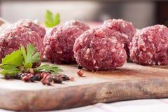 Bolas de carne sin procesar Imágenes de archivo libres de regalías