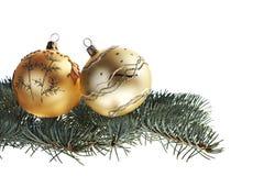 Bolas de Cchristmas y árbol de abeto amarillos Imágenes de archivo libres de regalías