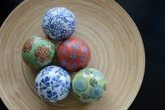 Bolas de cerámica en la placa de madera para decorativo Foto de archivo