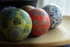 Bolas de cerámica en la placa de madera para decorativo Fotos de archivo libres de regalías