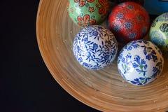 Bolas de cerámica en la placa de madera para decorativo Imagen de archivo