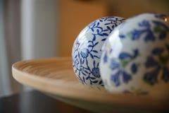 Bolas de cerámica en la placa de madera para decorativo Imágenes de archivo libres de regalías