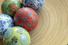 Bolas de cerámica en la placa de madera para decorativo Fotos de archivo