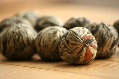Bolas de chá verde chinesas com flores do jasmim Fotos de Stock Royalty Free