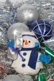Bolas de Chrismas y hombre de la nieve Fotos de archivo