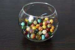 Bolas de cristal decorativas en un florero imagenes de archivo