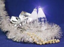 Bolas de cristal del ` s del Año Nuevo del carámbano en un fondo azul Foto de archivo