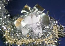 Bolas de cristal del ` s del Año Nuevo del carámbano en un fondo azul Foto de archivo libre de regalías