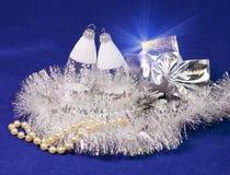 Bolas de cristal del ` s del Año Nuevo del carámbano en un fondo azul Fotos de archivo