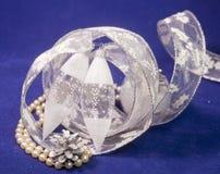 Bolas de cristal del ` s del Año Nuevo del carámbano en un fondo azul Fotografía de archivo