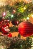 Bolas de cristal hechas a mano hermosas en el árbol de navidad imagen de archivo