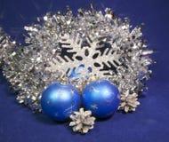 Bolas de cristal hermosas azules determinadas del ` s del Año Nuevo, malla brillante, en un fondo azul - composición del ` s del  Imagenes de archivo