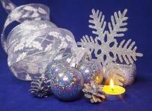 bolas de cristal hermosas azules determinadas del ` s del Año Nuevo, malla brillante, la vela ardiente en un fondo azul - composi Imagenes de archivo