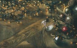 Bolas de cristal de la decoración del árbol de navidad en guirnalda de la caja y de la luz Imágenes de archivo libres de regalías